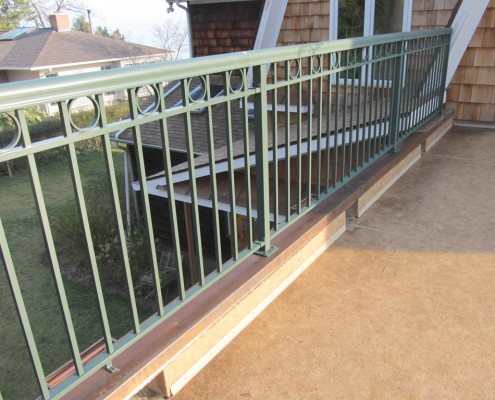 Welded Picket, Panel Style 5 with Round Top Rail